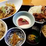 角打有楽町 - ミニ牛すきとまぐろ山かけと鶏から揚げ定食:900円