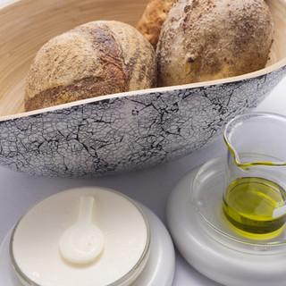 自家製パンにバター、オリーブオイル細部まで心躍る