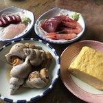 栄食堂 - ★★★☆  鉢や皿料理は冷蔵ケースから自分で取り出してきます