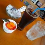 イナキッチン - アイスコーヒーとサービスケーキ