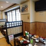 黒まぐろ専門店 黒・紋 - 店内(テーブル席)