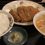 柳ばし - メンチカツ定食。ごはんを大盛り、みそ汁を豚汁(小)に変更(共に追金)