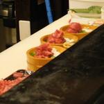 黒まぐろ専門店 黒・紋 - クロマグロの新鮮中落ち丼を作っているところ