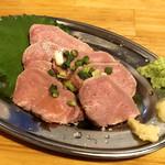 肉maroおとんば - 上タン刺し ¥380