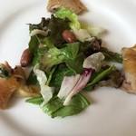 レストラン エピファニー - 鶏もも肉のコンフィのサラダ。ふた粒の落花生がポイント
