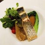 91541614 - スズキの鉄板焼き モウカザメのフカヒレ マイクロトマト マイクロリーフ 青梗菜 フォンドヴォーと共に