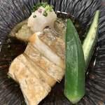 91541618 - 太刀魚の鉄板焼き 賀茂茄子の含め煮 大根おろしの蕎麦汁仕立て