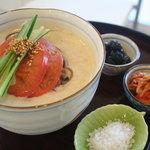BOBA - コングス、韓国の豆乳ベースのスープにドングリ麺が入っています。