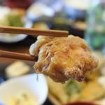 魚と燻製の店 さんばんや - とり天はザクッとした、居酒屋風天ぷらで、割烹や和食の天ぷらとは違います。でもこれビールや日本酒飲みたくなる感じ(๑˃̵ᴗ˂̵)