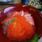 飄禄玉 - 器の直径は16cm。酢飯に紅富士という鱒のお刺身5切れとレインボーキャビアなる虹鱒のイクラが所狭しと載っています。