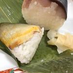 91556557 - 手前が若あゆ笹巻き寿司、奥が鯖姿寿司