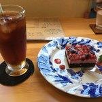 こばとカフェ - ケーキセット860円(アイスティー・ダブルベリーケーキ)