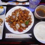 楽楽屋 - 鶏肉の黒胡椒炒め定食