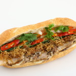 Bánh mì Bà Ba - バインミーバーバー (Bánh mì Bà Ba)。ベトナムの魚醤風味のチキンフレーク、自家製サイゴン風味のハム、五香粉が香る豚ロース肉とレバーペーストがミックスされます、一番大人気のバインミーです。