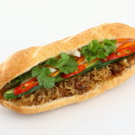 Bánh mì Bà Ba - バインミーガー (Bánh mì Gà)。ベトナムの魚醤風味のチキンフレークのみがあるバインミーです。