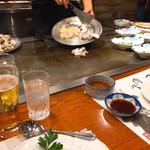 ステーキランド神戸館 - 目の前で海鮮が焼かれ始めました♪
