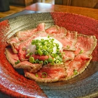 B団 - 温玉ローストビーフ丼(単品)[¥990]
