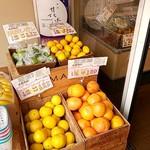タマル - 店頭(入口)では果物販売もあります
