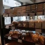 ブーランジェリー&カフェ マンマーノ - パン棚
