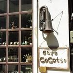 カフェ ココット - 看板の上に古びたチューバ