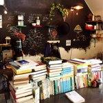 カフェ ココット - 本が並ぶカウンター