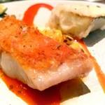 91588743 - 金目鯛の鱗焼き、燻した赤パプリカのソース、ズッキーニ、焼きトウモロコシ、青みかん