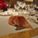富小路 やま岸 - 料理写真:①スタートのひと口前菜一品目<スガラボ>シュクレクールのパンに多田さんのペルシュウ。