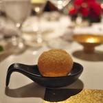 富小路 やま岸 - ③ひと口前菜三品目<モトイ>インドのパニプニという揚げパンにしょうがとガラムマサラを効かせて。中に仔鳩のコンソメ。