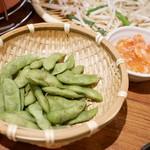 ジンギスカン楽太郎 はなれ - 食べ飲み放題コースは300円のおつまみの中からひとり1品選べる。 茶豆と梅水晶をセレクト
