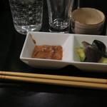 魚酒場 汐◯ - 酒肴として水茄子漬、スルメイカ塩辛