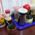 中国料理 江陽 - 冷やし中華に辛子、中華丼に酢を垂らす。おろしニンニクも使えそう