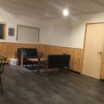 レストプラス ドッグラン&カフェ - 店内のソファ席。
