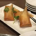 謝朋殿 - たっぷり野菜とチーズの春巻(2本:480円)・・チーズが強いので、普通の春巻きの方が好きかも。