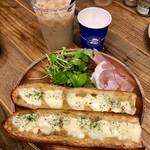 カルディコーヒーファーム カフェ&バル - ランチのアンチョビのモッツァレラバゲット¥200 +生ハムトッピング¥150、アイスカフェオレ¥350