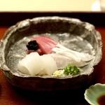 91628574 - <向付>お造り三種は鮪・メイチ鯛・白烏賊、海苔を出汁で延ばしたもの・岩塩・山葵醤油で