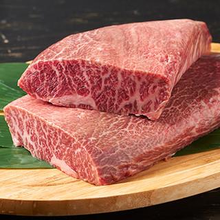 A5ランクの米沢牛のステーキや鉄板焼きをほおばる至福のひと時