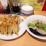 91633382 - 左の手前の5個が肉餃子、奥の10個が石松餃子。右は水餃子