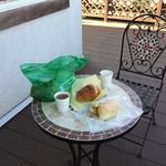 LULU - いくつかのパンは店の外にある席でいただきました。