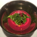 ビーツの胡瓜、トマト、サラダ入り冷製スープ