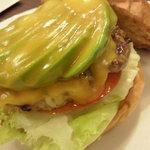 ハンバーガーショップ ヒーロー - アボカドバーガースモールサイズ