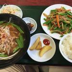 台湾料理 嘉宴楼 - 日替りランチ ニンニクの芽と豚肉炒め 台湾ラーメン付 (680円)