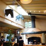 91642751 - 店内中央の大きな暖炉と壁の装飾