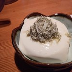 新宿 思ひ出酒場 えんなすび - お通し300円のなんとか豆腐