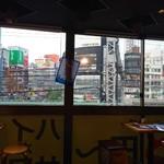 新宿 思ひ出酒場 えんなすび - 店内からの外 逆光です