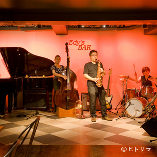 1日3回演奏されるジャズの生演奏が心地よい