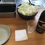 ヨネヤ - はじめに瓶ビール、フリーのキャベツとソース