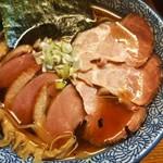 麺匠而今 - 全体図。鴨3枚豚3枚、のり、ロングメンマ。