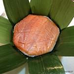扇一 ます寿し本舗 - 料理写真:笹の葉をめくると