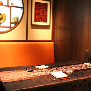 料理、酒、会話を楽しむ、大人のムード漂うモダンチャイナ空間。