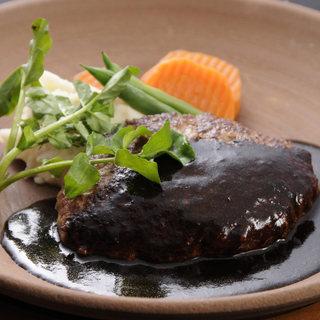 お好みのソースでいただく、黒毛和牛100%ハンバーグ